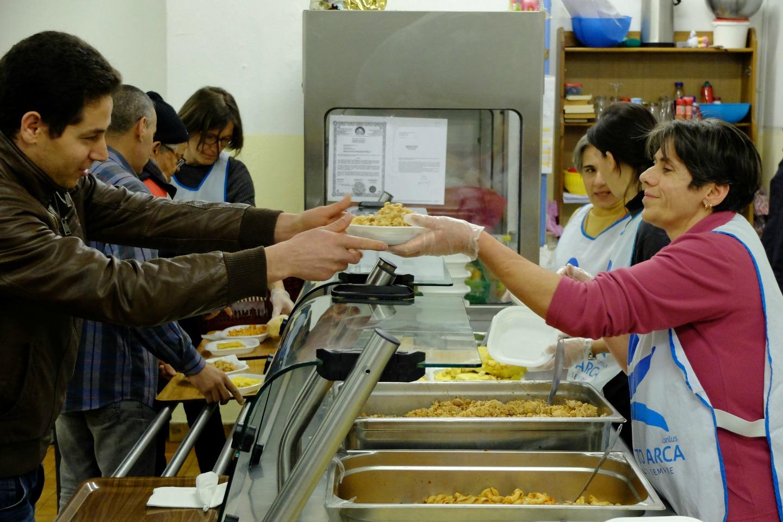 Distribuzione pasti in mensa