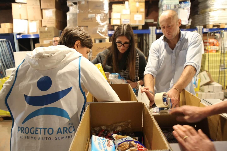 Preparazione pacchi viveri per famiglie