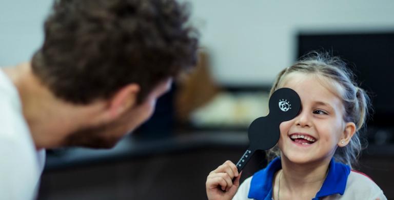 Con Luxottica e OneSight, visite e occhiali per chi ha più bisogno