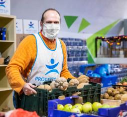 Il venerdì di Claudio, volontario della spesa per le famiglie in difficoltà