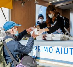 Pasti caldi in strada per le persone senza dimora, arriva la Cucina mobile