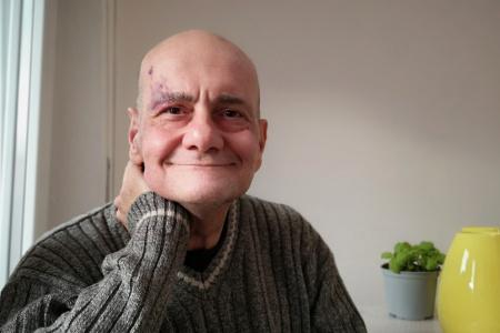 Emilio, il parrucchiere che regala tagli di capelli: aiutare dà forza anche a me