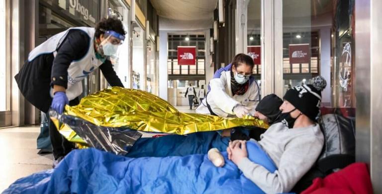 Sulla strada nell'inverno del Covid, aiuti intensificati per i senzatetto